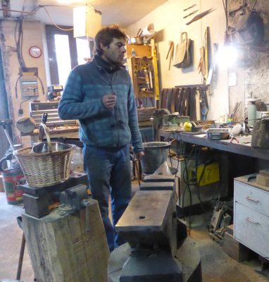 Small-scale knife craftsman